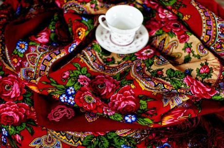 chale-fleuri-rouge-pensées-roses-tulipe-comtesse-sofia-paris-afternoon-carmine-street