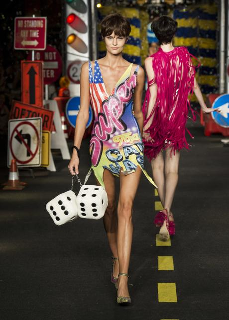 moschino-defile-societe-consommation-ete-2016