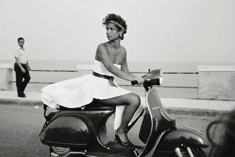 photo-noir-et-blanc-femme-scooter-alice-springs