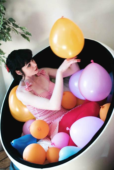 girl-playing-balloons