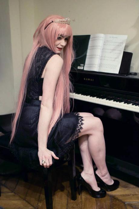 girl-at-piano