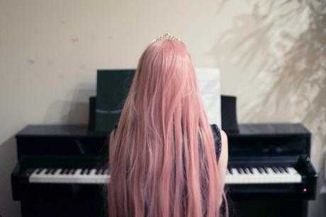 pink-haired-girl-piano