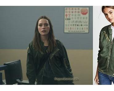 YOU : Love's green jacket in S1E01